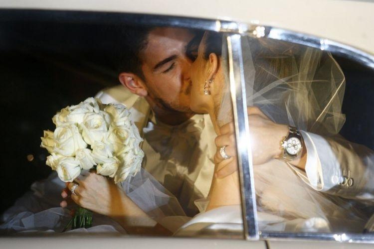 Beijo do casal Sthefany Brito e Alexandre Pato, logo após sair da cerimônia de casamento realizada na Igreja São Francisco de Paula, no Rio (7/7/09)