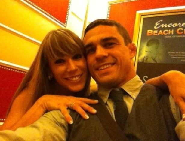 Joana e Vitor posam para foto, em imagem publicada no Twitter (2005)