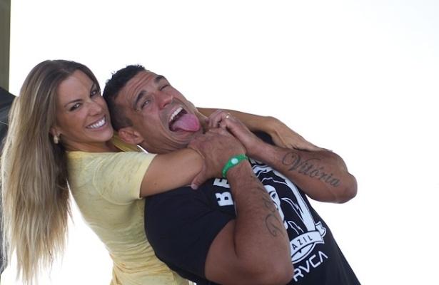 Um dos casais famosos no mundo das celebridades, Joana Prado, a ex-Feiticeira, e o lutador de MMA Vitor Belfort moram hoje nos Estados Unidos, longe da badalação e próximo de melhores condições de treinos para o ex-campeão