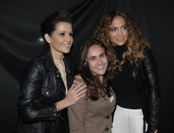 Deborah Secco leva a enteada, Lara filha do jogador Roger, para ver Jennifer Lopez no camarim da cantora do Pop Music Festival (23/6/12