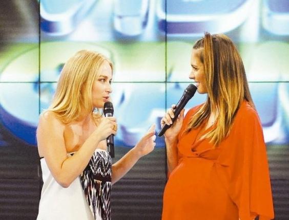 """A apresentadora Angélica recebe o 'bastão' do programa """"Video Game"""", quadro do """"Video Show"""", de Fernanda Lima, que cobriu sua licença de maternidade. Fernanda Lima também estava grávida (25/2/08)"""