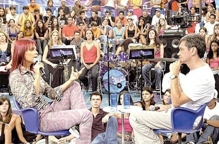 """A apresentadora Fernanda Lima é entrevistada por Serginho Groisman no programa """"Altas Horas"""", da Rede Globo (28/2/04)"""