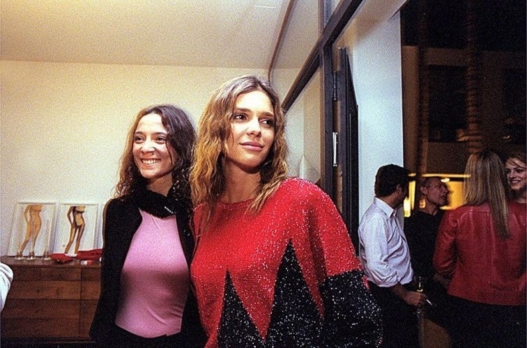 A produtora Mariana Kraemer e Fernanda Lima em festa na casa de Tufi Duek (26/6/01)