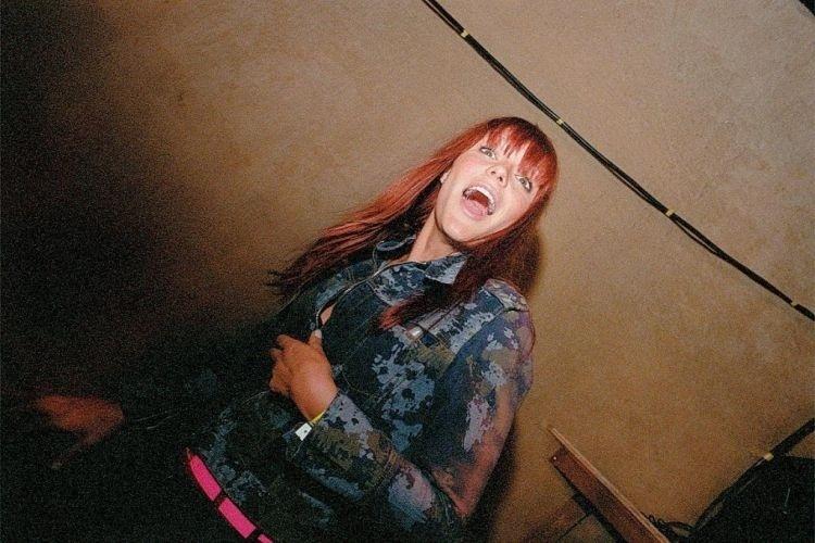 A VJ Fernanda Lima no show do Public Enemy, em SP (8/11/03)