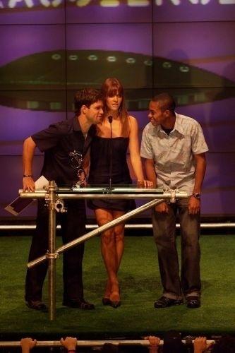 Cerimônia de entrega dos premios do VMB 2003 (Video Music Brasil). Os jogadores de futebol do Santos, Diego e Robinho apresentam um dos prêmios junto com Fernanda Lima
