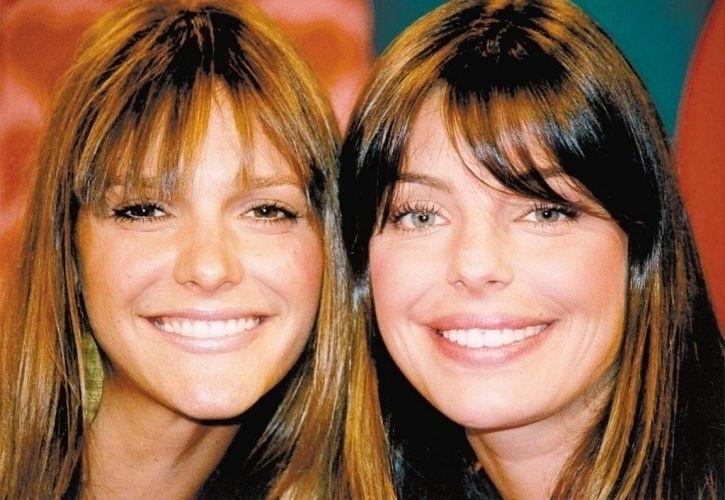 """Daniella Cicarelli e Fernanda Lima posam para foto durante gravação do programa """"Daniella no País da MTV"""" (10/6/03)"""