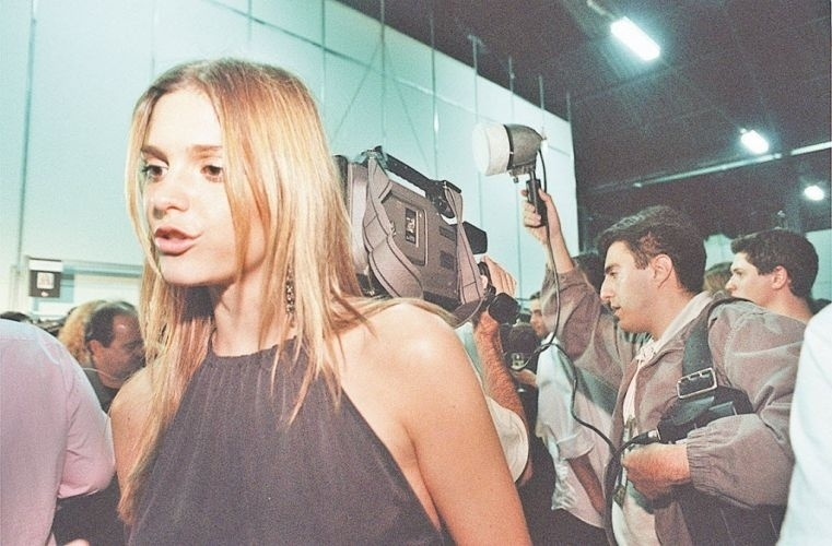 Fernanda Lima chega para o desfile de moda no Morumbi Fashion Brasil, em São Paulo (30/6/00)