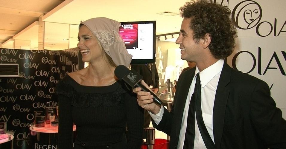 """Fernanda Lima coloca uma calcinha na cabeça na frente de Felipe Andreoli, do """"CQC"""", programa da rede Bandeirantes (25/10/10)"""