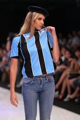 Fernanda Lima participa de desfile de lançamento de roupas do Grêmio. A modelo, que é gremistas, aproveitou para beijar o escudo do time do coração (9/4/10)