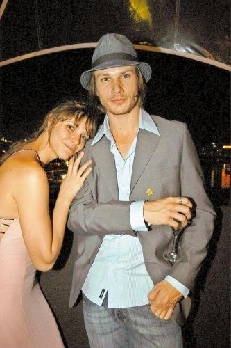O casal Fernanda Lima e Rodrigo Hilbert, que estão juntos desde 2001, comparecem ao casamento dos apresentadores Angélica e Luciano Huck, no Rio de Janeiro (RJ) (2004)