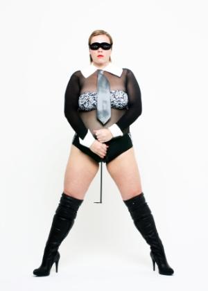 Utilizando acessórios que lembram a cantora Madonna, Priscilla Rubino posa para ensaio inspirado na musa pop (junho/2012).