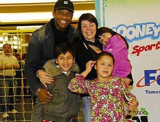 A cantora Simony com o marido Marcelo Batista e os filhos, Aysha, Ryan e a pequena Pyetra (colo), que é filha do jogador Diego Souza, ex-namorado de Simony (29/7/09). As outras crianças são fruto do relacionamento com o rapper Afro-X