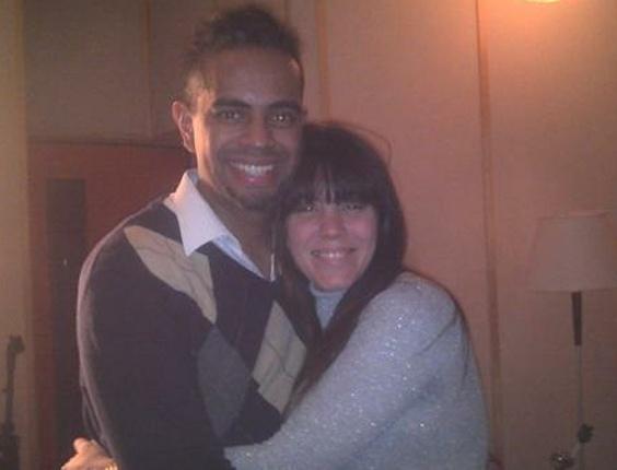 Foto postada por Simony em seu perfil no Twitter a mostra abraçada a Jairzinho, seu antigo parceiro musical no Balão Mágico. No post, a cantora soa enigmática: 'Vem surpresa por aí' (14/7/11)
