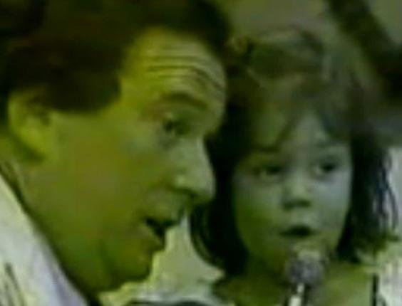 """Simony foi revelada aos três anos de idade por Raul Gil. Nascida em São Paulo, ela vivia na periferia da cidade com sua família, mas logo teve sua vida transformada quando entrou para o """"Balão Mágico"""": atração da Globo que dava também nome a um grupo musical. Na foto, ela aparece no """"Programa Raul Gil"""" (1979). A cantora completa 36 anos neste domingo (1/7/12)"""