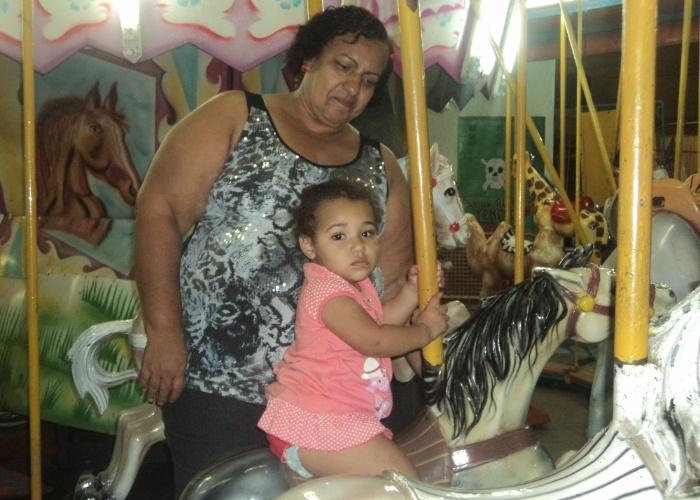 A netinha Rebeca Vitoria se divertiu muito quando foi ao parque com a vovó Marta Maria em Nova Iguaçu (RJ)