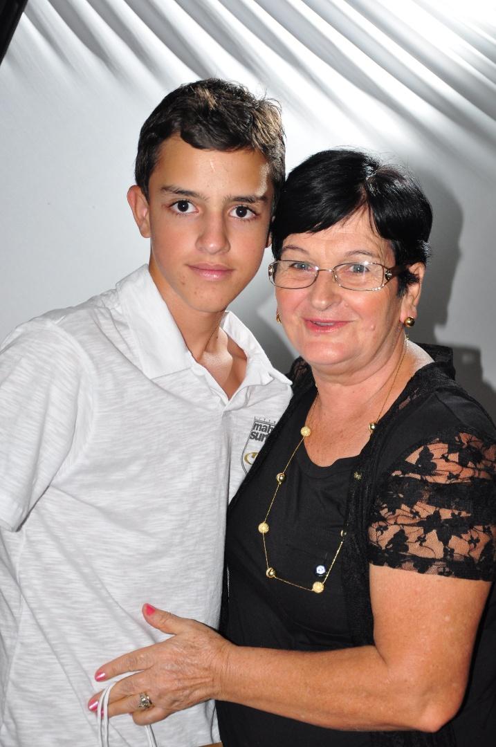 Brenner Macêdo Santos Silva enviou uma bela imagem ao lado da vovó Josefina Macêdo. Eles são de Baixa Grande, na Bahia