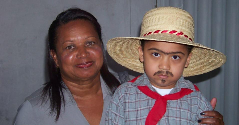 Celsa Belo é a vovó do caipirinha da imagem, o pequeno Luis Miguel Belo. Eles são de Campos dos Goytacazes (RJ)