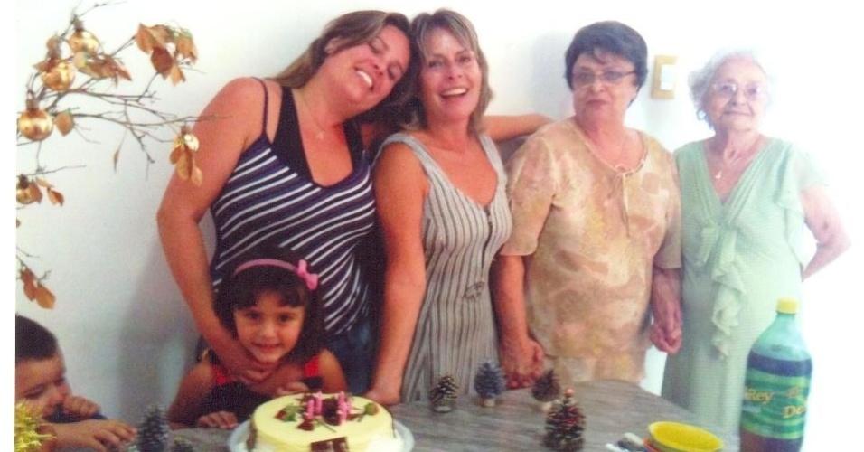 Adriana Otoni de Assis reuniu as cinco gerações de mulheres da família para a foto. Ao seu lado esquerdo está sua filha, Giulia, ao lado direito estão na ordem: a mãe Antônia, a avó Maria Batista e a bisavó Antonina. Elas são de Belo Horizonte (MG).