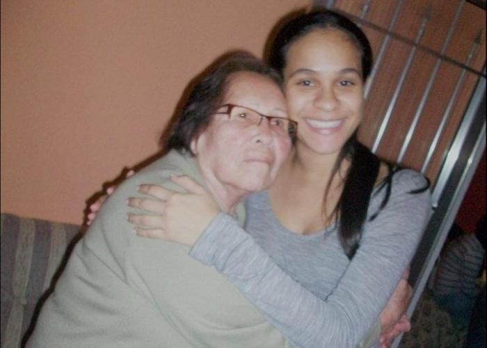 Aline Martins de Omena, de São Paulo, enviou foto ao lado de sua avó Maria Anunciada de Omena.