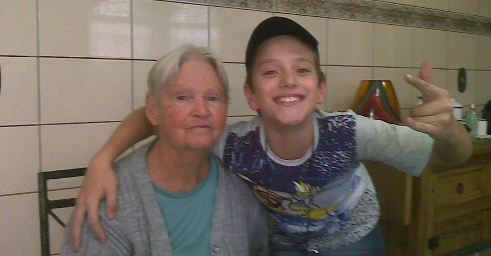 """Bruno Machado tem 13 anos e presta homenagem à avó que já morreu. """"Ao lado da avó Josepha, infelizmente já falecida, tenho muita saudade"""", conta o garoto de Santo André (SP)."""