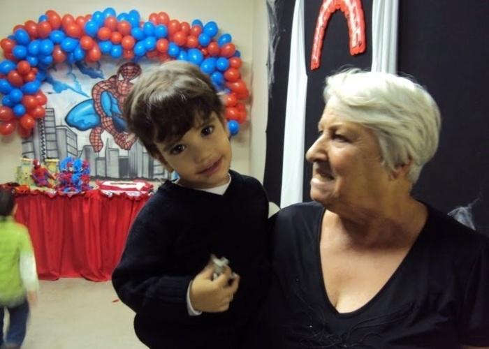 Enzo, de São Paulo, ganha carinho de sua bisavó Ivone.