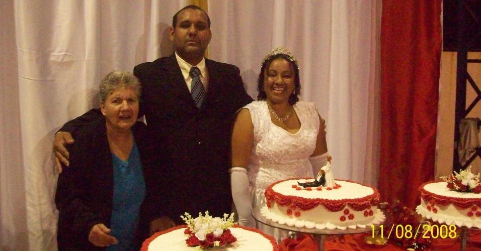 """""""Meu nome é Andréia e ao meu lado estão a minha amada avó Iracema e meu esposo Edson, no dia de nosso casamento, em Nova Iguaçu (RJ)""""."""