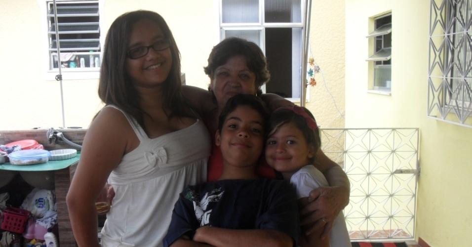 A vovó Suely, de Vista Alegre (RJ), recebe o carinho dos netos Anna Luíza, Mariana e Patrick em seu aniversário de 66 anos.