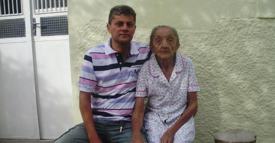 Adilson Ferreira registrou imagem ao lado de sua avó Alaíde Ferreira, em Custória (PE).