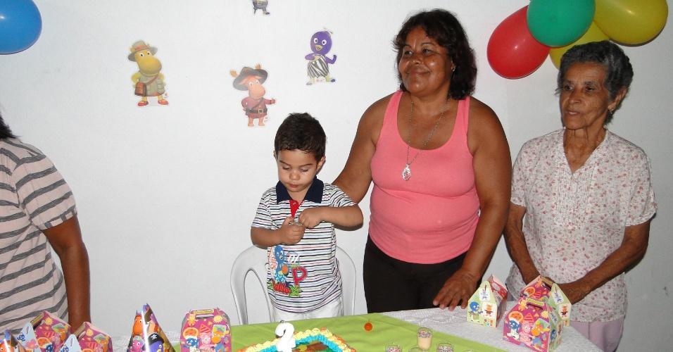Gabriel de Freitas Castro ao lado da avó Célia Oliveira de Freitas (de rosa) e da bisavó Zélia em sua festa de aniversário.