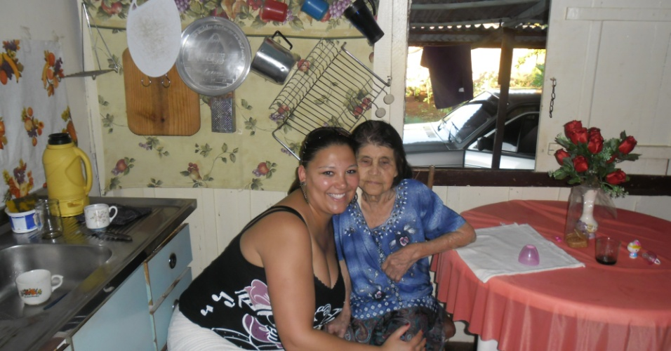 """Silvana Tessari, de Curitiba (PR), declara sua admiração pela avó Lázara Loper: """"Vozinha, a senhora é a vovozinha mais linda do Paraná""""."""