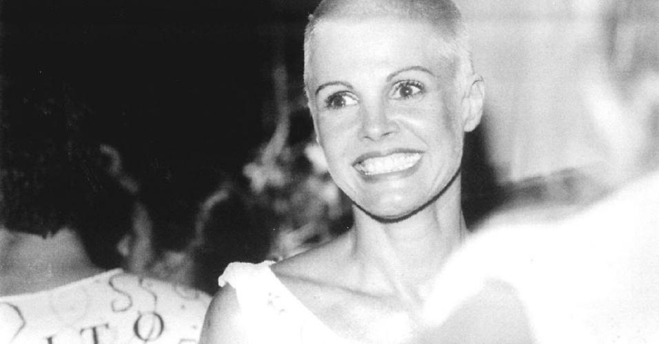 Em foto de julho de 1995, Monique Evans aparece de cabelo raspado e loiro