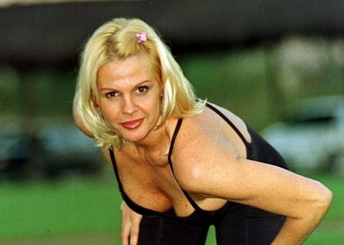 Monique Evans aparece com o cabelo mais curtinho em foto de junho de 1999