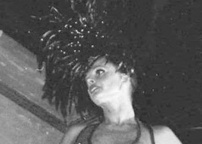Monique Evans desfila em carro alegórico no Carnaval de 1995