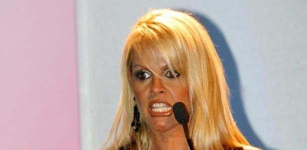 Monique Evans faz pose, exibindo os seios e as tatuagens durante evento da Rede TV! (13/12/02)