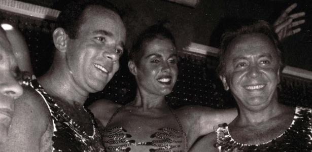 Seminua, Monique Evans posa para foto com Chiquinho Scarpa (à esquerda) no Carnaval de 1985