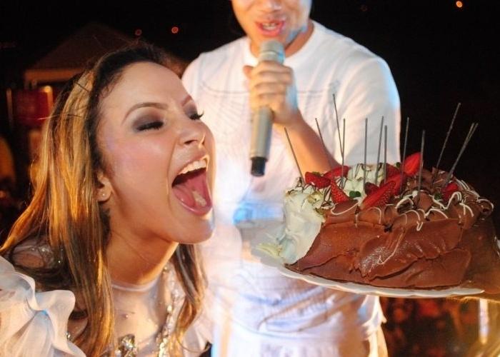 A cantora Claudia Leitte se empolga com o bolo de aniversário e a festa que ganhou de sua equipe e de seus fãs em seu aniversário de 31 anos em Palmas, Tocantins (10/7/11)