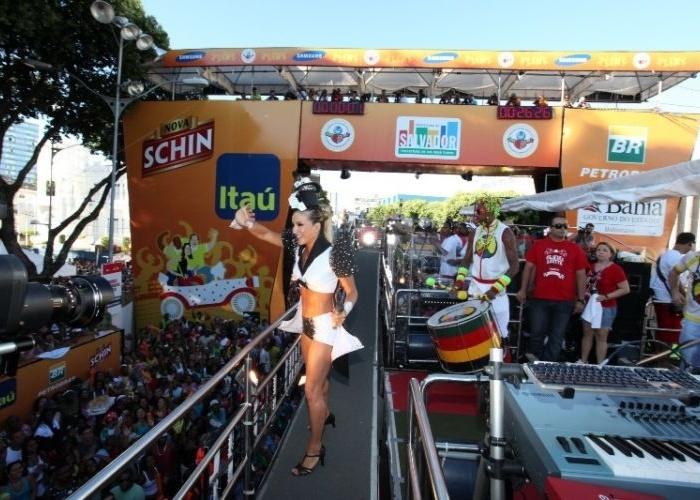 A cantora cumprimenta os fãs no carnaval de Salvador, na Bahia (2010)