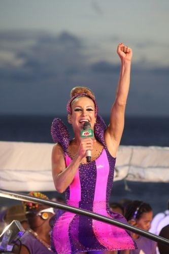 A cantora em cima do trio elétrico, no carnaval de Salvador, na Bahia (2010)