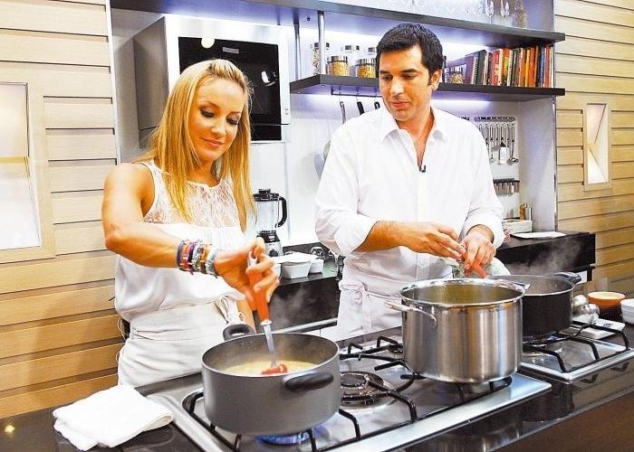 """Claudia Leitte faz um risoto com Edu Guedes no programa """"Hoje em Dia"""", da Record (30/12/09)"""