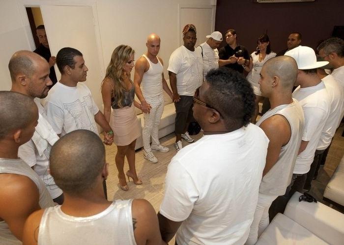 Claudia reza com a equipe antes do início de seu show na Via Funchal, em São Paulo (31/1/10)