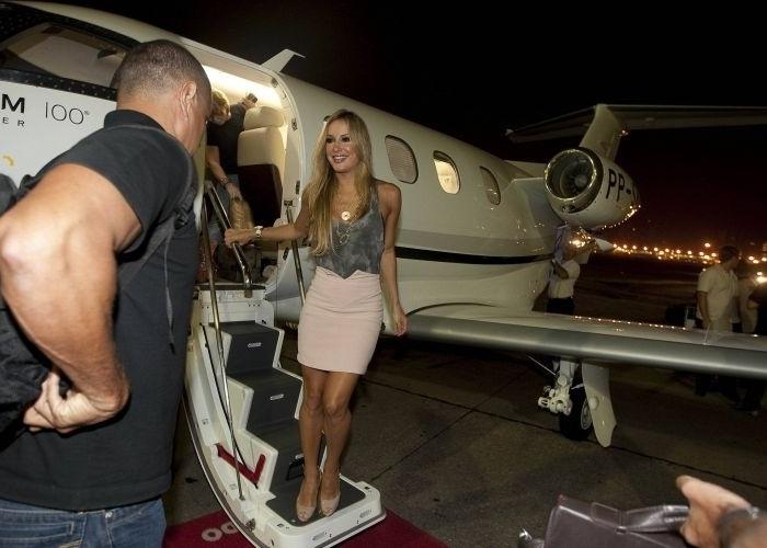 Claudinha desembarca com seu jato em Congonhas para fazer show em São Paulo (31/1/10)