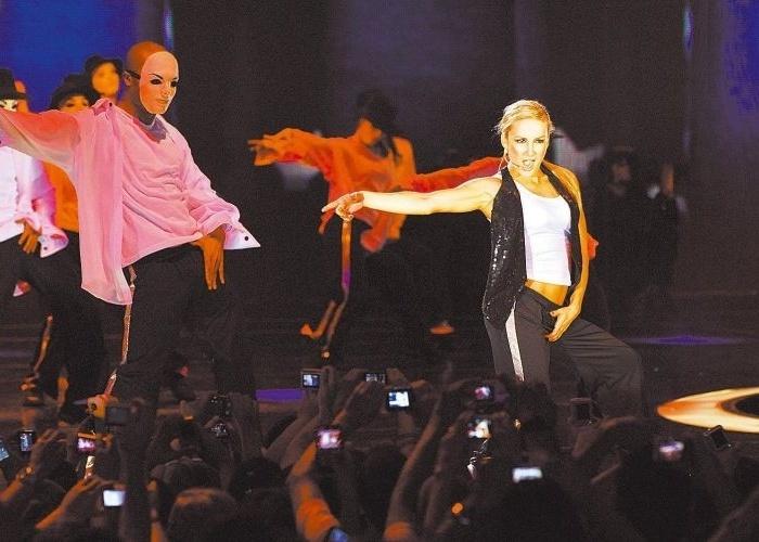 Claudinha imita Michael Jackson na gravação do 'Show da Virada', especial de fim de ano da Globo (19/11/09)
