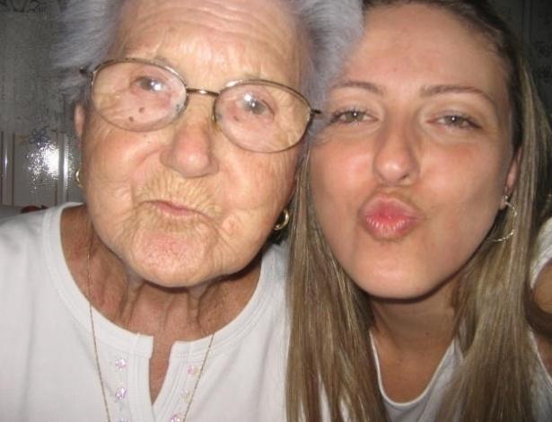 """Flavia Bertolacini e avó Antonina Bertollacine, de São Paulo (SP), mandam beijinho na foto. """"Amo muito minha avó!""""."""