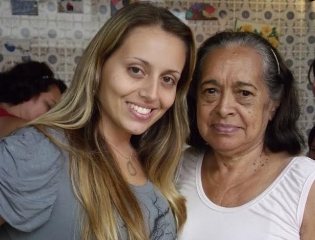 """Gisele Costa Delgado ao lado da avó Maria Aparecida de Lima Costa. """"Vó Cidinha, você é a melhor vó do mundo! Quero agradecer por tudo que tem feito por mim. Te amo vó!""""."""
