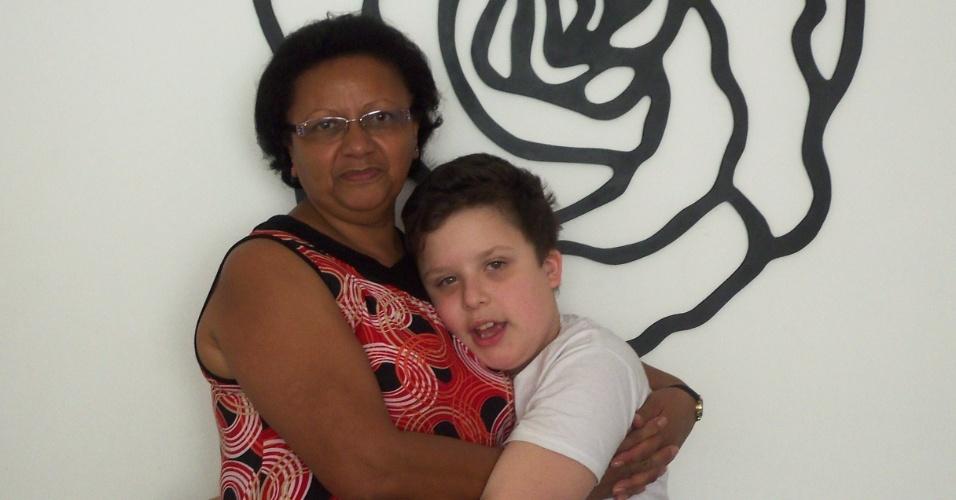 Gustavo Alexandre Vanini posa ao lado da avó Eunice de Oliveira Souza, em São Paulo (SP).