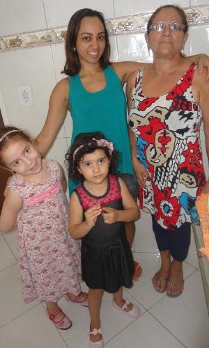 Vovó Ivanilde Pereira de Castro ao lado das netas Maria Eduarda e Alice e da filha Cléia.