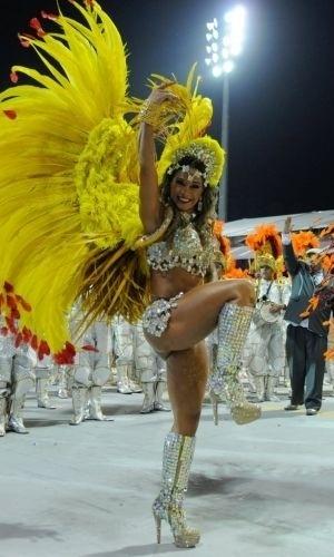 A ex-BBB Mayara Cardi e integrantes da escola de samba X-9 Paulistana durante desfile do grupo especial do Carnaval 2012 de São Paulo, no Sambódromo do Anhembi (18/2/12)