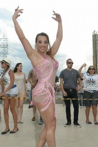 A ex-BBB Michelly Crisfepe apareceu com o corpo definido e musculoso no ensaio técnico da escola de samba Águia de Ouro, em São Paulo, nesta quarta-feira (25/1/12)