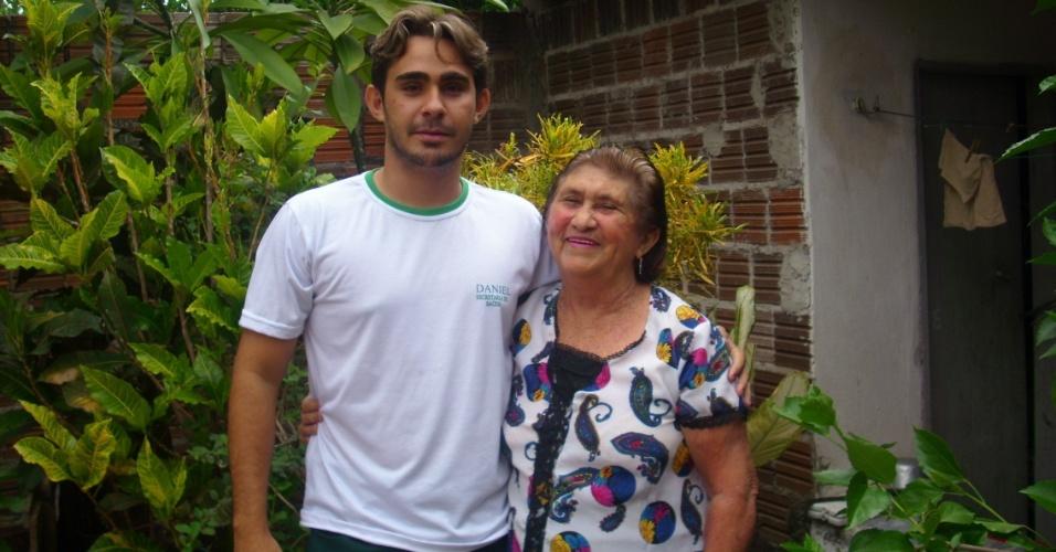 Daniel Nunes Pinheiro, de Milhã (CE), posa ao lado da avó Maria Julia Bezerra Pinheiro.