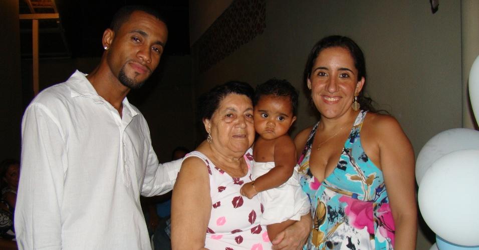 Ellen e o marido Ailton posam ao lado da avó Nilza no dia do batizado de João Victor, o filho do casal.